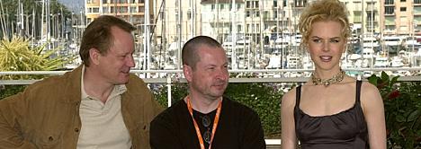 Lars von Trier sammen med Stellan Skarsgård og Nicole Kidman under prestentasjonen av