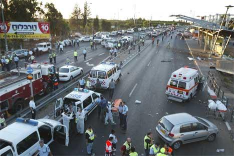 Sjølvmordsbombaren medan busshaldeplassen utanfor militærbasen då det var fullt av folk som venta på bussen. (Foto: Nir Elias)