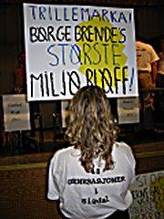 Protestplakater under folkemøte om Trillemarka sept. 2003