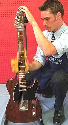 George Harrisons Fender Rosewood Telecaster auksjoneres bort. Foto: AP Photo / Alastair Grant.