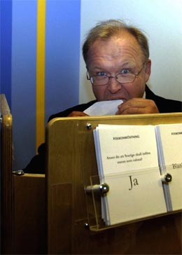 Sveriges statsminister, euro-tilhengeren Gøran Persson, forhåndsstemte i går i Stockholm. (Foto: Leif R. Jansson/Scanpix)