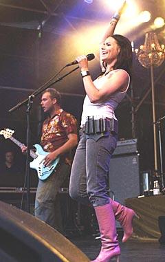2003: The Cardigans spiller på Quartfestivalen. Her i aksjon på scenen. Foto: Erlend Aas / SCANPIX