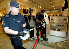 Politiet sperrer av området på det populære kjøpesenteret NK, der utenriksminister Anna Lindh ble knivstukket onsdag. Foto: AFP, Pressens bild, Bertil Ericson