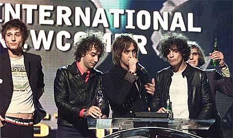 The Strokes vant prisen for beste nykommer under Brit Awards 2002. Men kommer de til Norge? Foto: Kieran Doherty, AP/Scanpix.