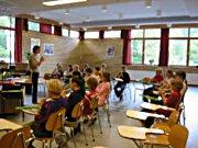 Klasse 5B spiller blokkfløyte med musikklærer Hilde Sørberg Andersen.