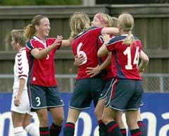 Marianne Pettersen (med hodebånd) jubler sammen med Ane Stangeland (3), Lise Klaveness (6) og Dagny Merllgren (14) etter å ha gitt Norge 1-0. (Foto: Bjørn Sigurdsøn / SCANPIX)