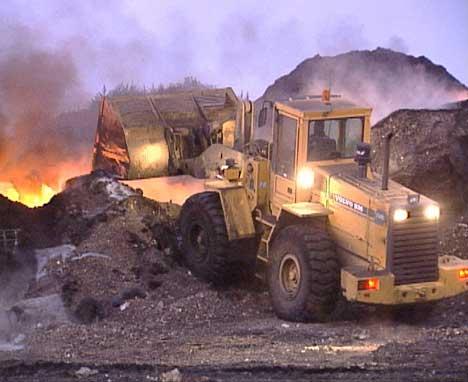 Brannvesenet kjører vekk brennende polyester. ( FOto: Stephan Reis, NRK Østfold)
