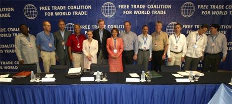 USAs handelsrepresentant Robert Zoellick (nr. 6 fra venstre) benytter WTO-møtet til å møte representanter for land USA har frihandelsavtaler med. (Foto: Reuters/Scanpix)