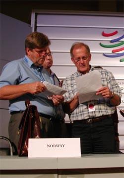Næringsminister Ansgar Gabrielsen diskuterer et forslag til ny WTO-landbruksavtale med sin sveitsiske ministerkollega Joseph Deisz. (Foto: Trygve Mellvang-Berg/Scanpix)