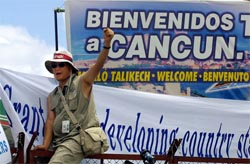 En demonstrant roper slagord mot WTO-møtet i Cancun, Mexico. (Foto: AFP/Scanpix)