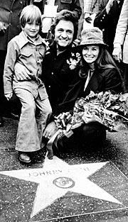 Johnny Cash sammen med sønnen John og kona June Carter da han fikk en stjerne på Hollywoods Walk of Fame i 1976. Foto: AP Photo.