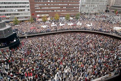 Svenskene minnes sin drepte utenriksminister Anna Lindh. Foto: Jonas Estromer, AFP/Scanpix.