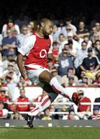 Thierry Henry scorer her på straffespark for Arsenal, men laget fikk allikevel bare med seg ett poeng fra kampen mot Portsmouth. (Foto: Nick Potts/AP)