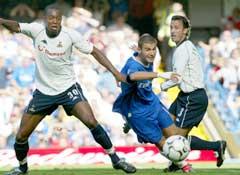Adrian Mutu lurer av Tottenhams Mauricio Taricco (t.h.) og Anthony Gardner (t.v.). (Foto: Reuters/Scanpix)