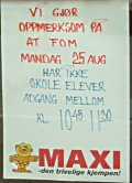Plakaten på inngangsdøra til Maxi