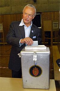Ordførerkandidat Herman Friele (H) avga sin stemme ved Haukeland skole tidligere i dag, og slapp køen.