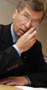 BETENKT: Olje- og energiminister Einar Steensnæs har grunn til å være bentenkt over ny meningsmåling.