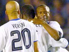 William Gallas (t.h.) gratuleres av Juan Sebastian Veron og Marcel Desailly. (Foto: Reuters/Scanpix)