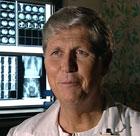 Kikkhullskirurgi er minst like sikker som vanlig kirurgi, sier Trond Buanes.