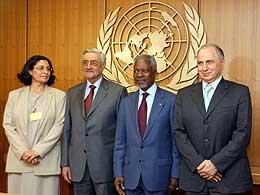 Medlemmer av styringsrådet sammen med FN-sjefen Kofi Annan. Akila al-Hashimi til venstre (Scanpix/AP)