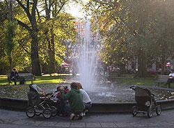 Mange forskjellige høstfølelser var ute og gikk på Olav Ryes plass i går. Foto: NRK