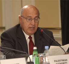 MER OPTIMISTISK: Palestinernes utenriksminister Nabil Shaath mener at fredsprosessen i Midtøstenm nå er kommet på sporet igjen.
