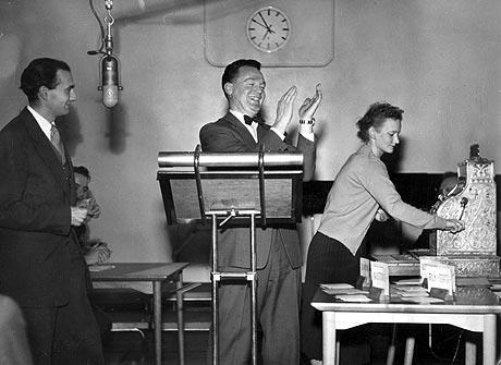 """""""Det spørs"""" med Rolf Kirkvaag 9/12 1954 (Foto: Arkiv / NTB / SCANPIX)"""