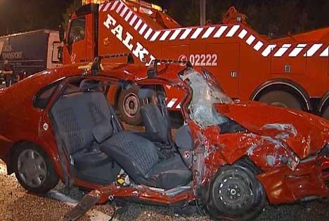 Det var store skader også på bilen etter den kraftige ulykken på riksvei 118 (Foto: NRK)