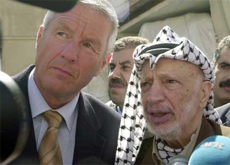 Thorbjørn Jagland møtte Yasir Arafat i Ramallah på Vestbreidda. (AP-foto)