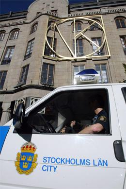 Politiet står utenfor kjøpesenteret Nordiska Kompaniet, der Anna Lindh ble drept, i håp om å få tips i saken. (Foto: AP/Pressens Bild/Scanpix)