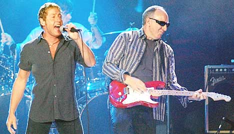 Roger Daltrey, til venstre og Pete Townsend skal igjen gi ut plate under navnet The Who. Foto: AP Photo / The Press, TJ Hamilton.