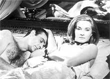 """Sean Connery som førsteelsker i Bond-filmen """"From Russia With Love"""". (Foto: Scanpix)"""