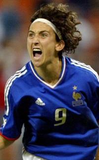 Marinette Pichons mål gir Frankrike fortsatt kvartfinale-sjanse (Foto: Lawrence Jackson, AP)
