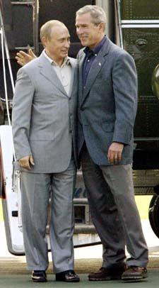 Allierte i krigen mot terror: Vladimir Putin og George W. Bush. (Arkivfoto: J. Reed/Reuters/Scanpix)