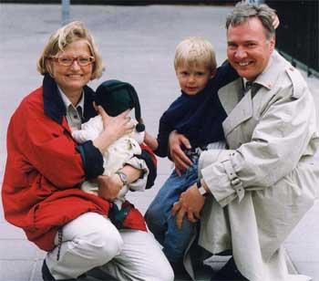 Bo Holmberg tenner lys for Anna Lindh. (Foto: Scanpix/AP/Pressens Bild/Martina Huber)