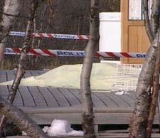 Politiet sperret av terrassen der mannen ble drept. (Foto: NRK)