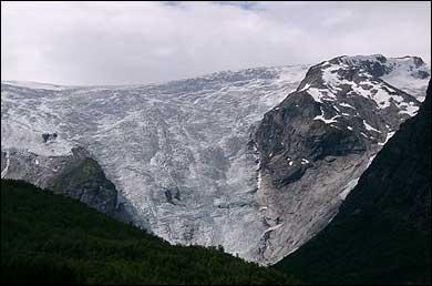 Kristian Bing klatra saman med Anders Grov dei tusen metrane opp på Bergsetbreen. (Foto: NRK © 2003)