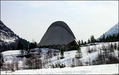 Breheimsenteret i Jostedalen ved inngangen til nasjonalparken har ein særeigen arkitektur. (Foto: Arild Nybø © 2003)