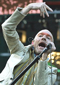 Michael Stipe og R.E.M. kommer til Oslo. Foto: AP Photo / Christof Stache.