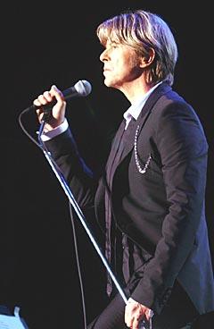 David Bowie på scenen da han var det største trekkplastret under Quartfestivalen i 2002. Nå kommer han også til Norwegian Wood. Foto: Heiko Junge / SCANPIX.