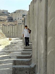 Muren har vakt sterke reaksjoner, og lovligheten av den skal opp for Den internasjonale domstolen i Haaag (Scanpix)