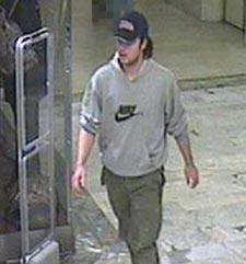 Bildet overvåkingskameraet på kjøpesenteret tok av den mistenkte drapsmannen.