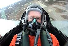 Jan Erik tester et F-16 jagerfly i episode to.