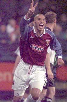 Stan Collymore scoret tre mål da Aston Villa slo ut Strømsgodset i europacupen i 1998. (Foto: Rune Petter Ness/Scanpix)