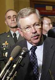 FÆRRE: Lederen for gruppen som leter etter masseødeleggelsesvåpen i Irak, David Kay, får nå 400 færre medlemmer etter at USA trekker ut en stor del av våpeninspektørene. (Foto: Scanpix/AFP)