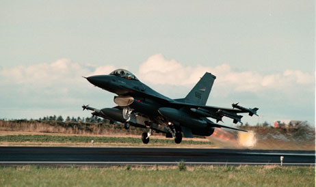 To F16-fly «spilte» under konserten.(Foto: Gorm Kallestad / Scanpix)