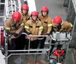 Her er Unni i stigebilen sammen med brannmennene.