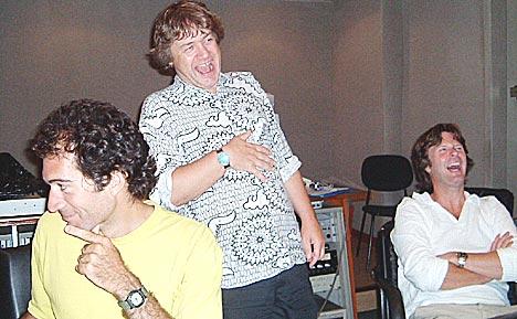 Evelio Manfred Gay (t.v.) var den engelsktalende lydteknikeren. Morten Huuse (t.h) og Kåre Kolve fikke mange gode innspill fra ham. Foto: Foto: Marit Amundsen.