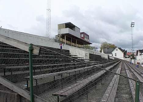 <b>Elsket og hatet: </b>Fredrikstad stadion. Dette er siste sesongen rødbuksene spiller her. (Arkivfoto: NRK)