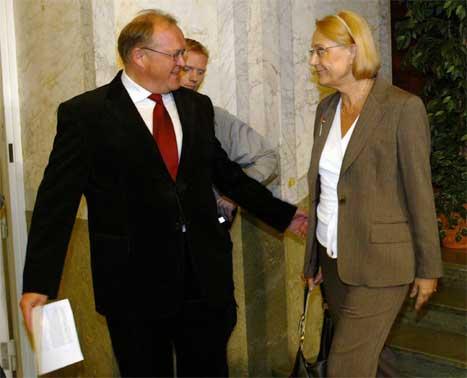 Statsminister Göran Persson kom med mange lovord om sin nye utenriksminister Laila Freivalds. (Scanpix-foto)